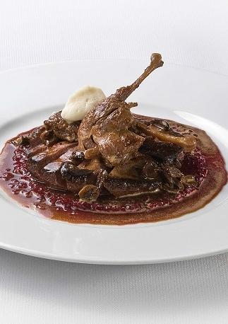 Gebraden wilde -eendenborst, de pootjes gekonfijt met Taggiasca olijven, biologische biet, uienpuree en rode wijnjus